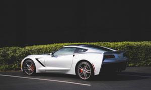 在公路上的銀白色跑車攝影高清圖片