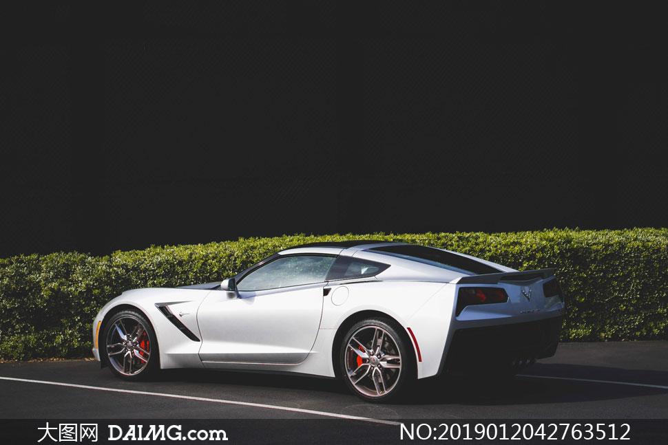 在公路上的银白色跑车摄影高清图片