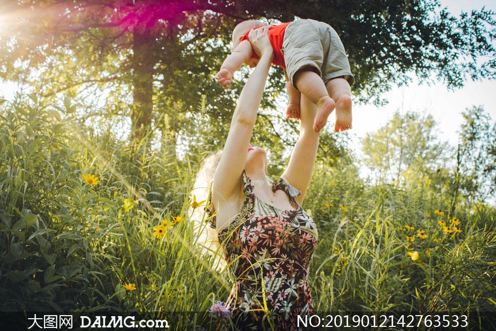 被妈妈举高高的小可爱摄影高清图片