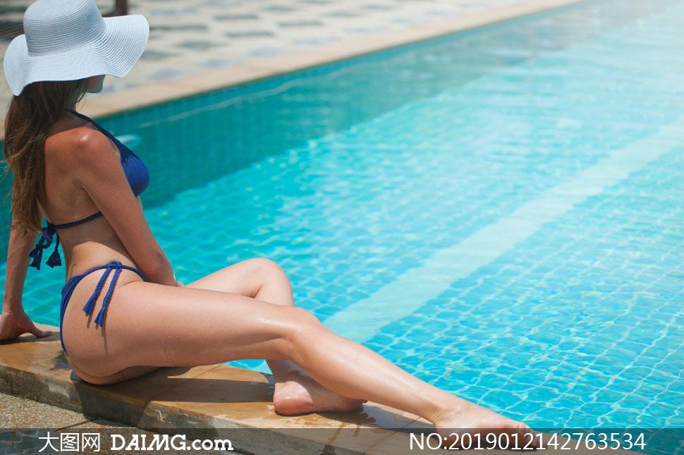 在泳池边上的泳装美女摄影高清图片