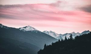 雪山与空中红色的云彩摄影高清图片