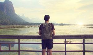 在看着山水风光的背包人物高清图片