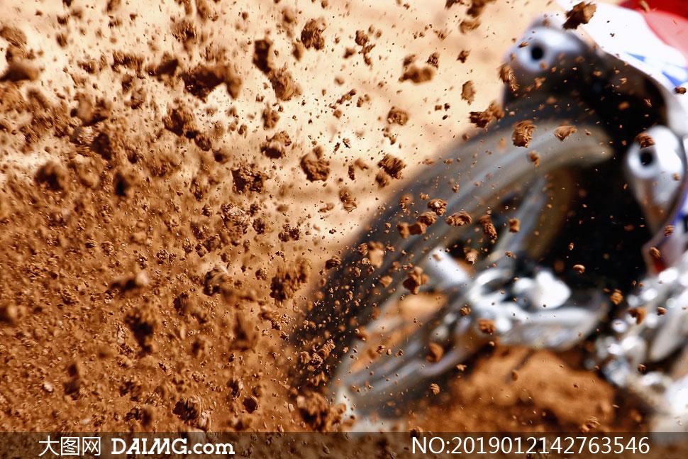 摩托车后轮溅起的泥土摄影高清图片