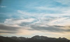 蓝天白云下的连绵群山摄影高清图片