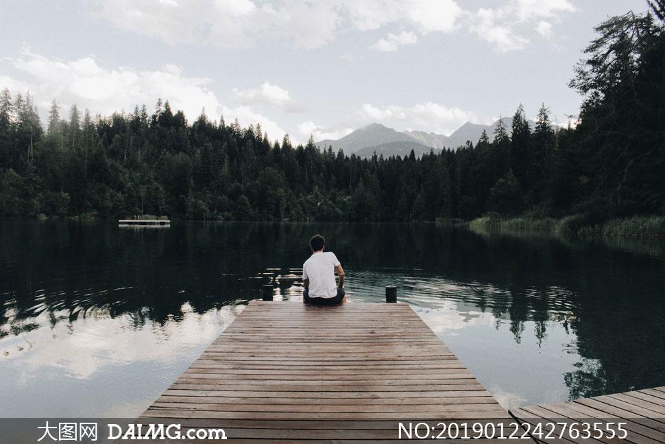 湖光山色与茂密的树林摄影高清图片