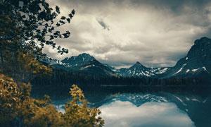 多云天空雪山湖泊风光摄影高清图片