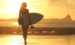 拿着冲浪板的美女人物摄影高清图片