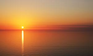 黄昏落日与平静的水面摄影高清图片