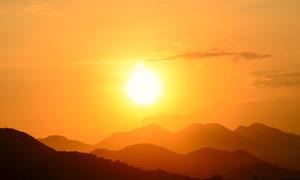 夕陽西下時分群山風光攝影高清圖片