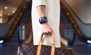 手提着包包的人物特写摄影高清图片