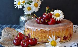 用雏菊樱桃点缀的蛋糕摄影高清图片