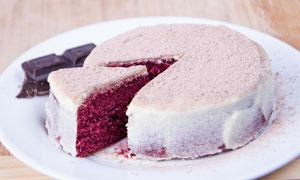 巧克力与切一块出来的蛋糕高清图片