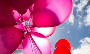 飘在天空中的红色气球摄影高清图片