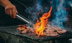 烧烤炉上烤肉场景特写摄影高清图片
