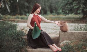 手拿荷叶的披肩发美女摄影高清图片