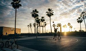 在夕阳下打篮球的男子摄影高清图片