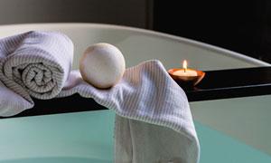 浴缸搁板上的洗浴用品摄影高清图片
