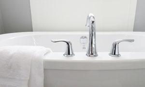 搭在浴缸上的白色毛巾摄影高清图片