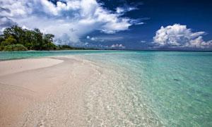 蓝天白云沙滩与清澈的海水高清图片