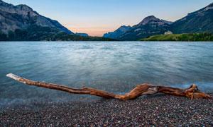 山水风光与一根枯木棍摄影高清图片