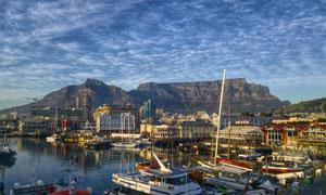 蓝天白云与繁忙的码头摄影高清图片