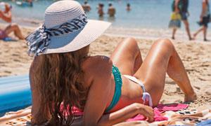 在日光浴的比基尼美女摄影高清图片