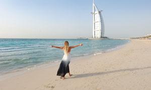帆船酒店与走在海边的美女高清图片