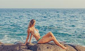 海边礁石上的泳装美女摄影高清图片