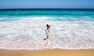 站在海边沙滩上的美女摄影高清图片