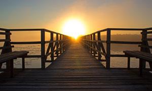 黃昏時水上的棧橋逆光攝影高清圖片