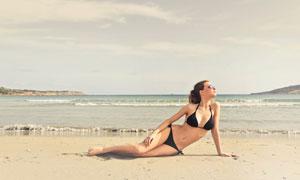 沙滩上的性感泳装美女摄影高清图片