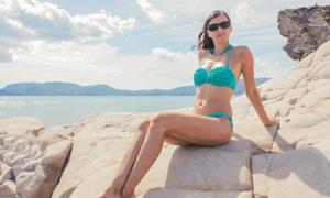 海岸上戴着墨镜的美女摄影高清图片