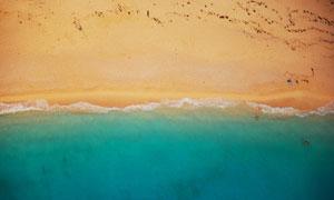 蓝色海水与金色的沙滩摄影高清图片