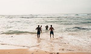 蓝天白云海滩与嬉戏的人物高清图片