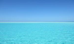 蓝天与平静的水面风景摄影高清图片
