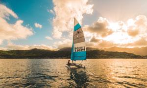 蓝天白云远山帆船风光摄影高清图片