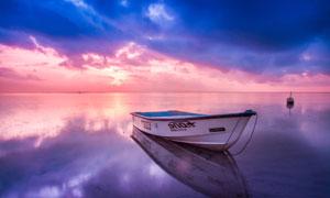 一艘小船与天边瑰丽的云彩五百万彩票图片