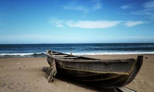 蓝天白云与海边小木船摄影五百万彩票图片