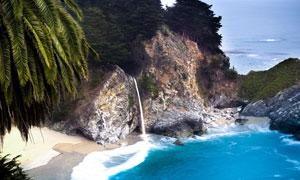 海边山上倾泻下的瀑布摄影高清图片