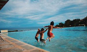 跳入水中嬉戏的孩子们摄影高清图片