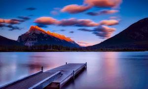 云朵高山与水上的栈桥摄影高清图片