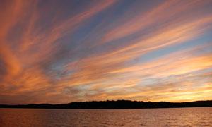 水面树丛与空中吹散的云彩五百万彩票图片