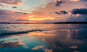 夕陽余暉下的遼闊大海攝影高清圖片