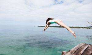 躍入海水中的美女人物定格攝影圖片