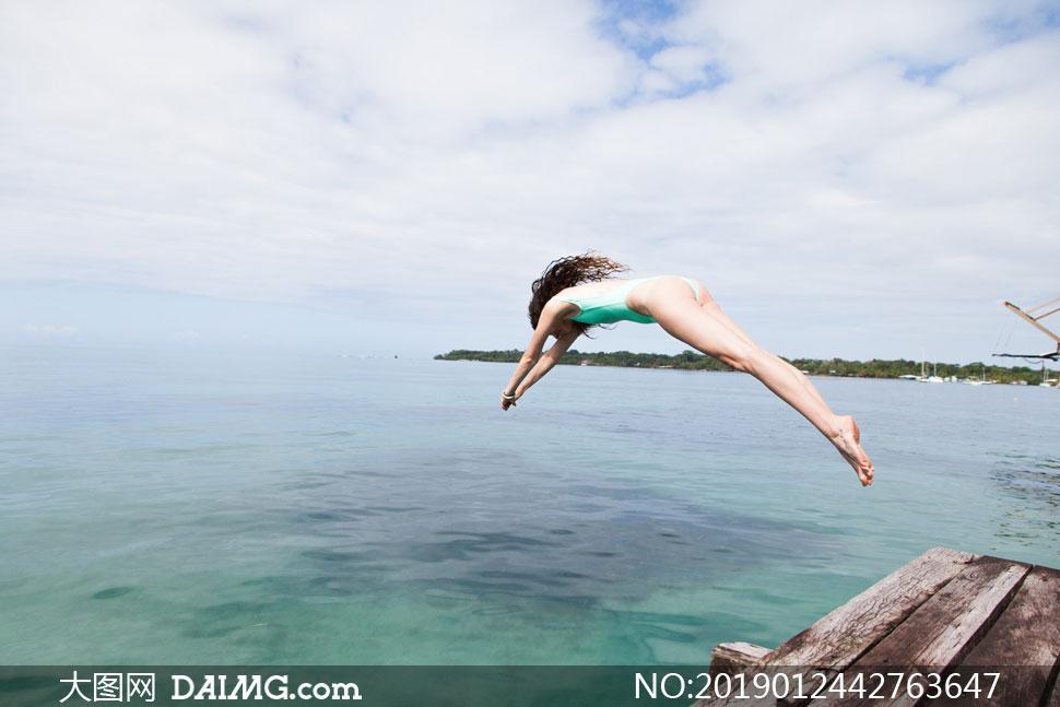 跃入海水中的美女人物定格摄影图片