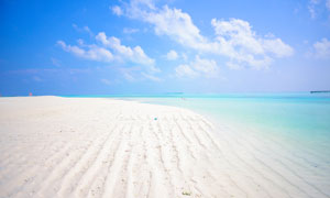 藍天白云大海與銀色的沙灘高清圖片