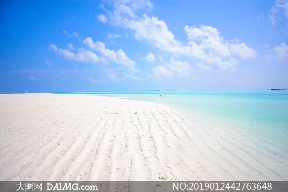蓝天白云大海与银色的沙滩高清图片