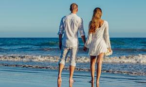 海边手牵手的情侣人物摄影高清图片