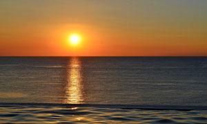 黄昏时泛着波光的海面摄影高清图片