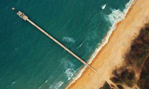 鸟瞰视角大海栈桥沙滩摄影高清图片
